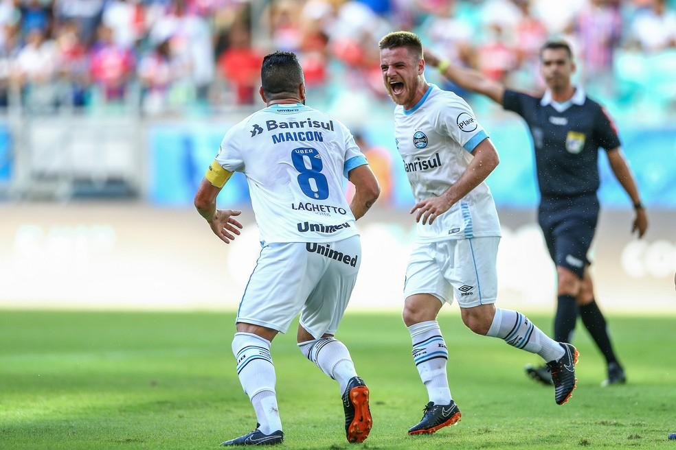 Maicon comemora com Ramiro gol que mudou rumo da partida (Foto: Lucas Uebel / Grêmio, DVG)