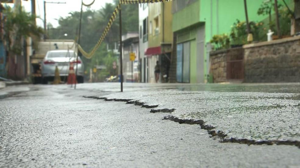 Rachadura apareceu em asfalto em Santa Leopoldina, ES — Foto: Reprodução/ TV Gazeta