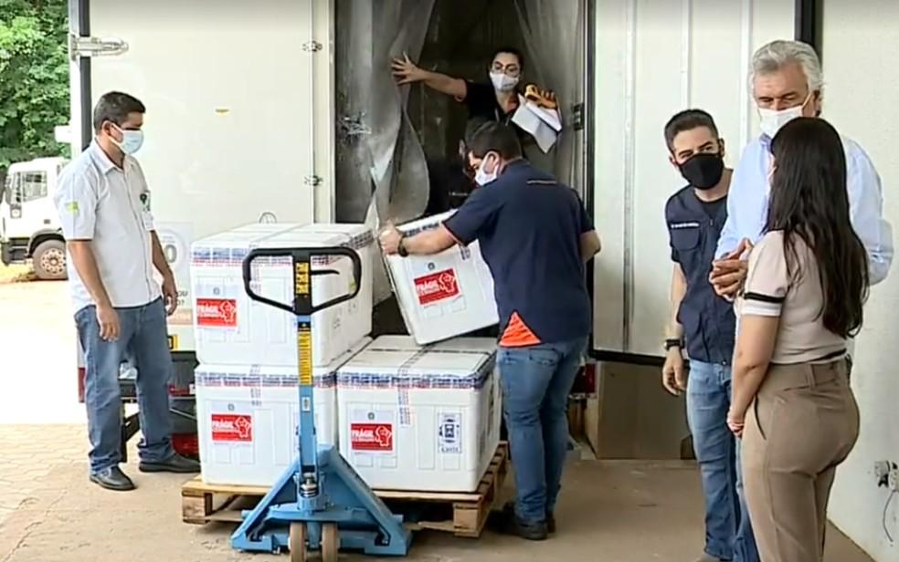 Chegada de 65,5 mil doses da vacina AstraZeneca a Goiás — Foto: Reprodução/Facebook