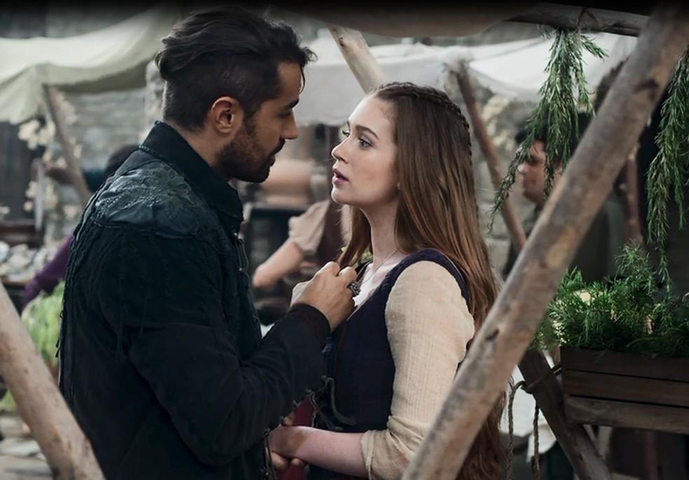 E é nesse momento de fragilidade que Virgílio a beija (Foto: TV GLOBO)