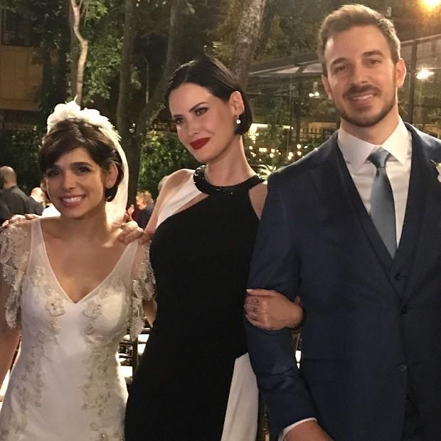 Mayana Moura posa com os noivos Sabrina Petraglia e Ramón Velázquez (Foto: Reprodução/Instagram)