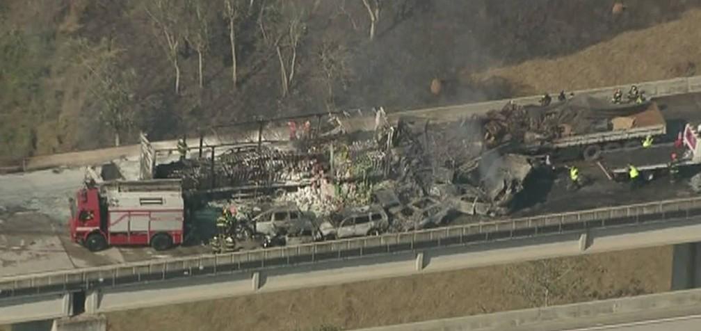 Ao menos 14 veículos pegaram fogo no incêndio (Foto: Reprodução/ TV Vanguarda)
