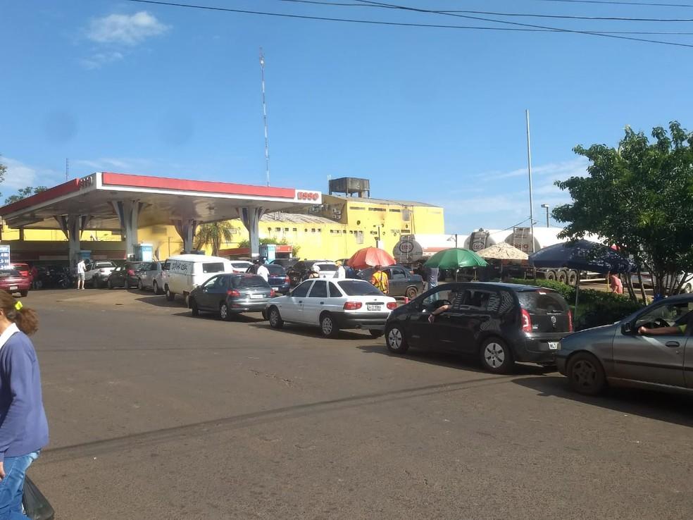 Fila de veículos brasileiros em posto de Ciudad del Este, no Paraguai, neste sábado (26) (Foto: Raphaela Potter/RPC)