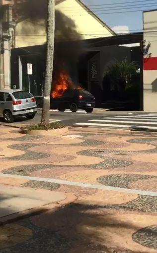 Carro pega fogo na Praça da Bandeira em Itatiba