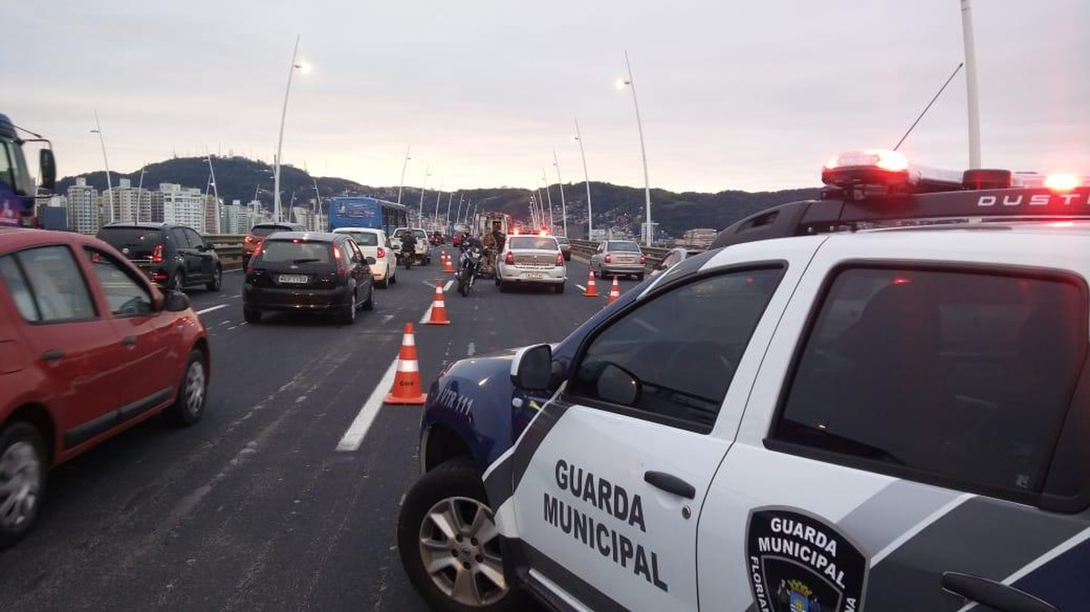 Acidente entre carro e moto complica trânsito na ponte Pedro Ivo Campos, em Florianópolis