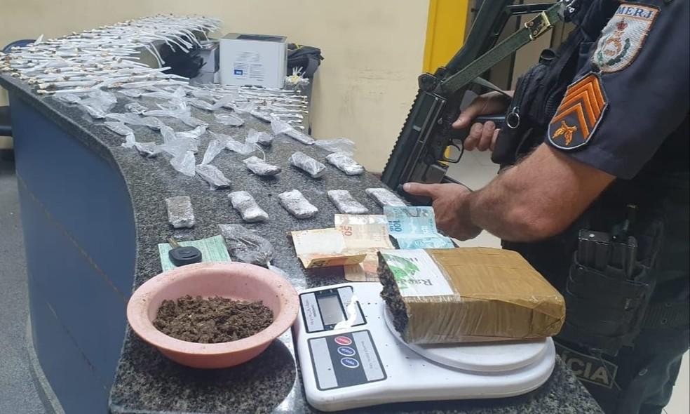Homem é preso com drogas no bairro Ponte Funda, em Valença — Foto: Divulgação/Polícia Militar