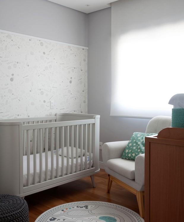 Um sutil ar escandinavo preenche o quarto do bebê. Móveis da Ameise, papel de parede da Uauá (Foto: Marco Antônio/Divulgação)