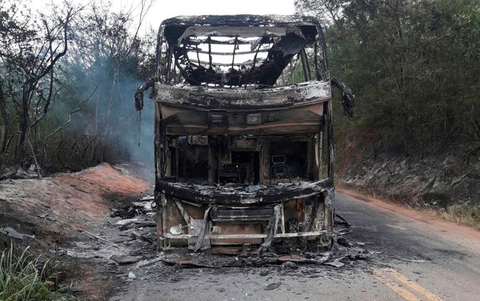 Ônibus ficou completamente destruído (Foto: Herculano Santana / Augusto Urgente)