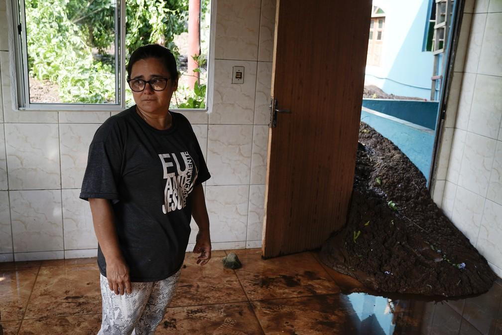 """Simone Pedrosa dentro da casa dos pais, inundada pela lama depois do rompimento da barragem da Vale em Brumadinho. """"É um trauma que eu não consigo esquecer"""", diz Simone. — Foto: Leo Correa/AP"""