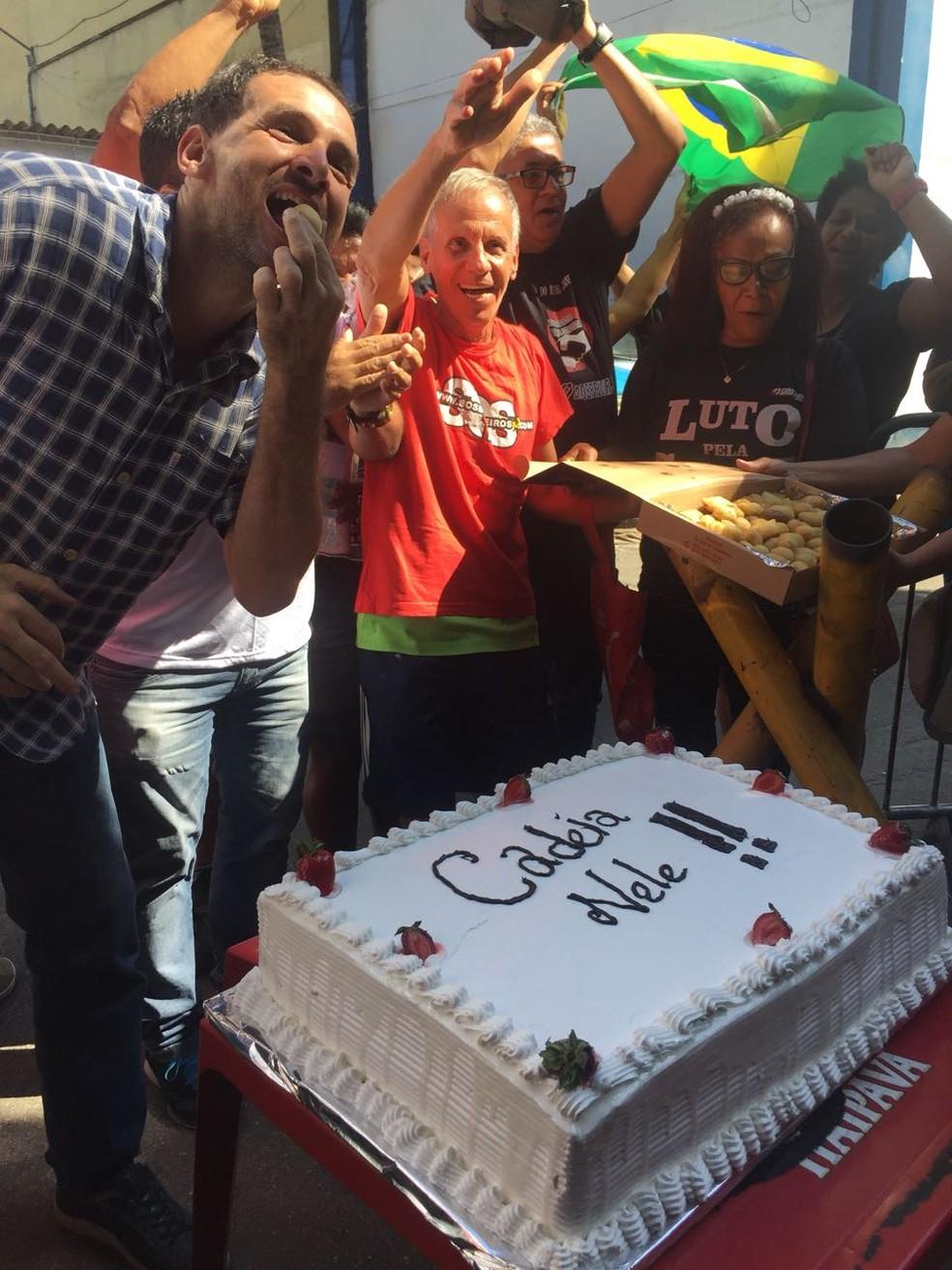 Manifestantes levaram bolo para celebrar um ano de prisão de Sérgio Cabral. (Foto: Ricardo Abreu/ GloboNews)