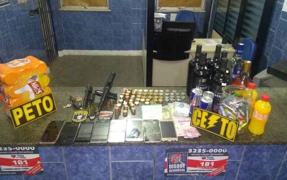 Os policiais encontraram um revólver calibre 38, uma pistola calibre 40, oito celulares e bebidas (Foto: Divulgação / SSP-BA)