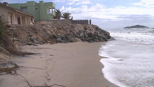 Após ressacas, Barra do Sul ainda recupera praias danificadas no Norte