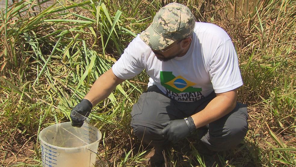 Água do Paraopeba, contaminado por lama da Vale, é recolhida para análise  — Foto: Reprodução/TV Globo