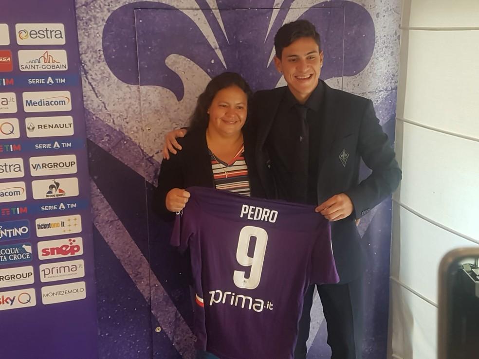 Pedro posa para foto ao lado da mãe. Jogador vai vestir a camisa 9 da Fiorentina que já foi de Batistuta — Foto: Violanews.it