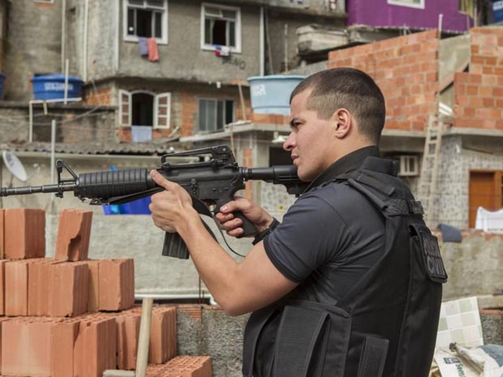 Thiago Martins como policial em 'Operações especiais': ator foi criado no Vidigal e também atuou em 'Cidade de Deus' (Foto: Divulgação/Dan Behr)