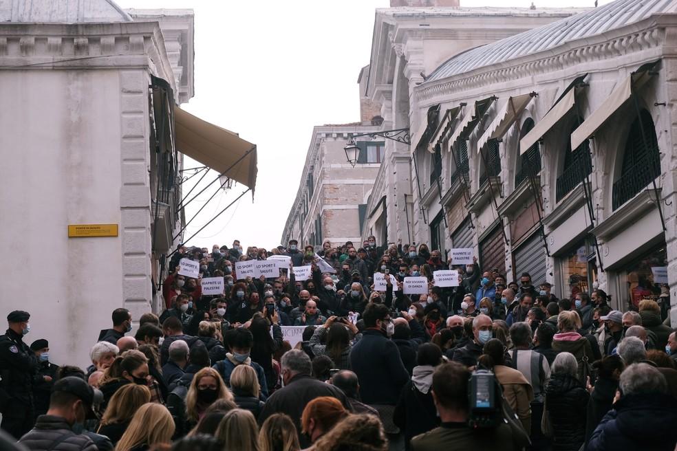 Manifestantes protestam em Veneza, na Itália, contra medidas de restrição do governo italiano para combater a 2ª onda de Covid-19 — Foto: Manuel Silvestri/Reuters