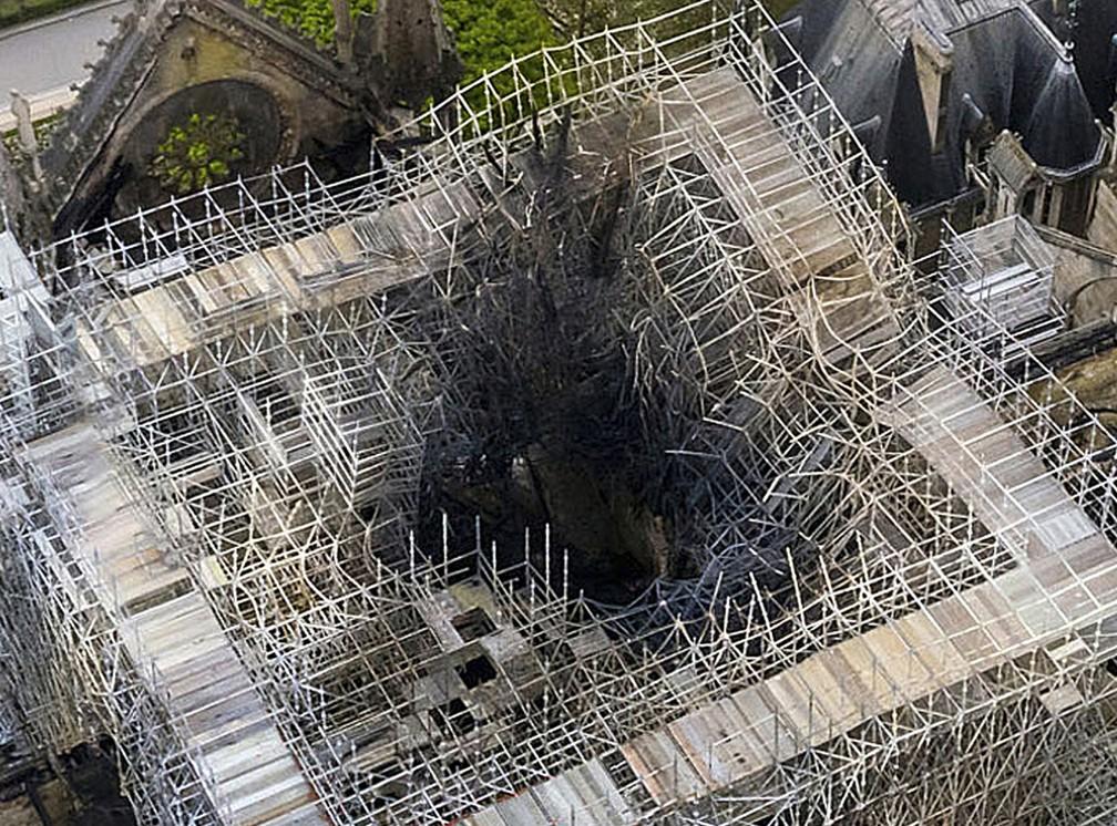 Pináculo da Catedral Notre-Dame ruiu com o incêndio; Área estava em reforma — Foto: Gigarama.ru via AP