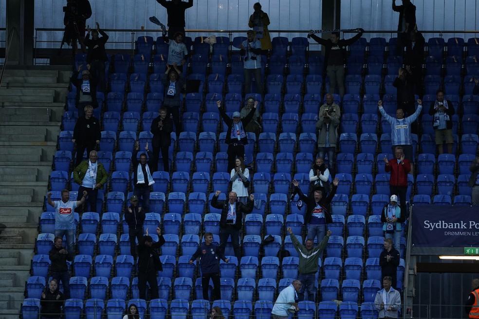 Torcida do SonderjyskE mantém o distanciamento social na arquibancada na final da Copa da Dinamarca — Foto: Lars Ronbog/Getty Images