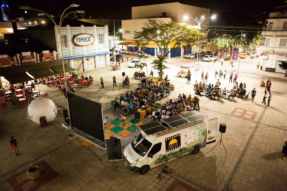 Projeto Cinesolar usa placas de energia solar para exibição de filmes (Foto: Israel Barreto/Divulgação)