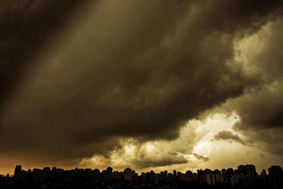 Horizonte do bairro do Jabaquara com nuvens de temporal na tarde, dessa terça-feira (20/10) visto do bairro da Saúde, Zona Sul de São Paulo, SP. — Foto: LÉO PINHEIRO/FRAMEPHOTO/ESTADÃO CONTEÚDO