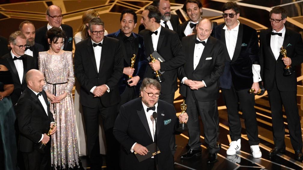 Elenco de 'A forma da água' sobe no palco do Oscar para celebrar prêmio de Melhor Filme na premiação de 2018 — Foto: Chris Pizzello/Invision/AP