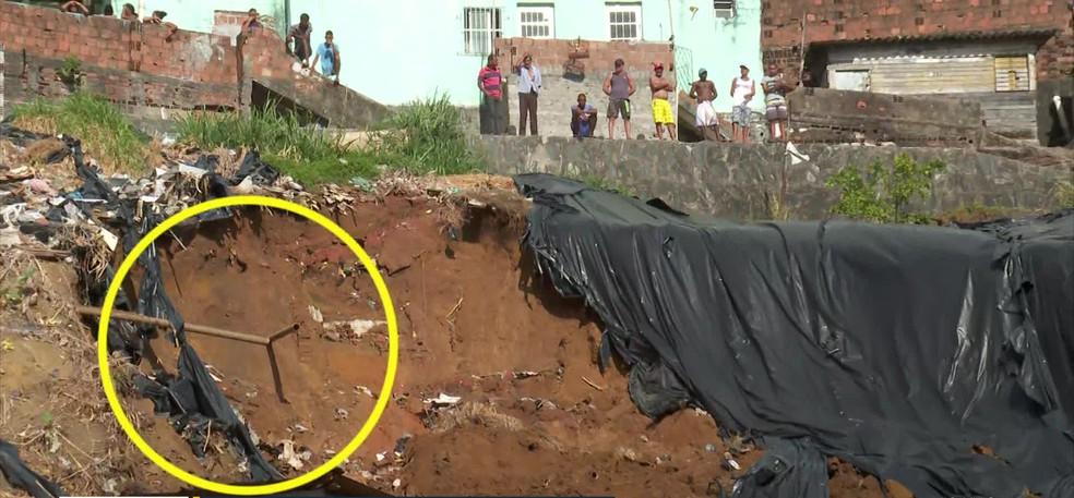 Vazamento em canos pode ter provocado deslizamento de barreira no Recife — Foto: Reprodução/TV Globo