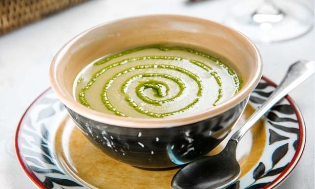Sopa de ervilha com pesto de rúcula