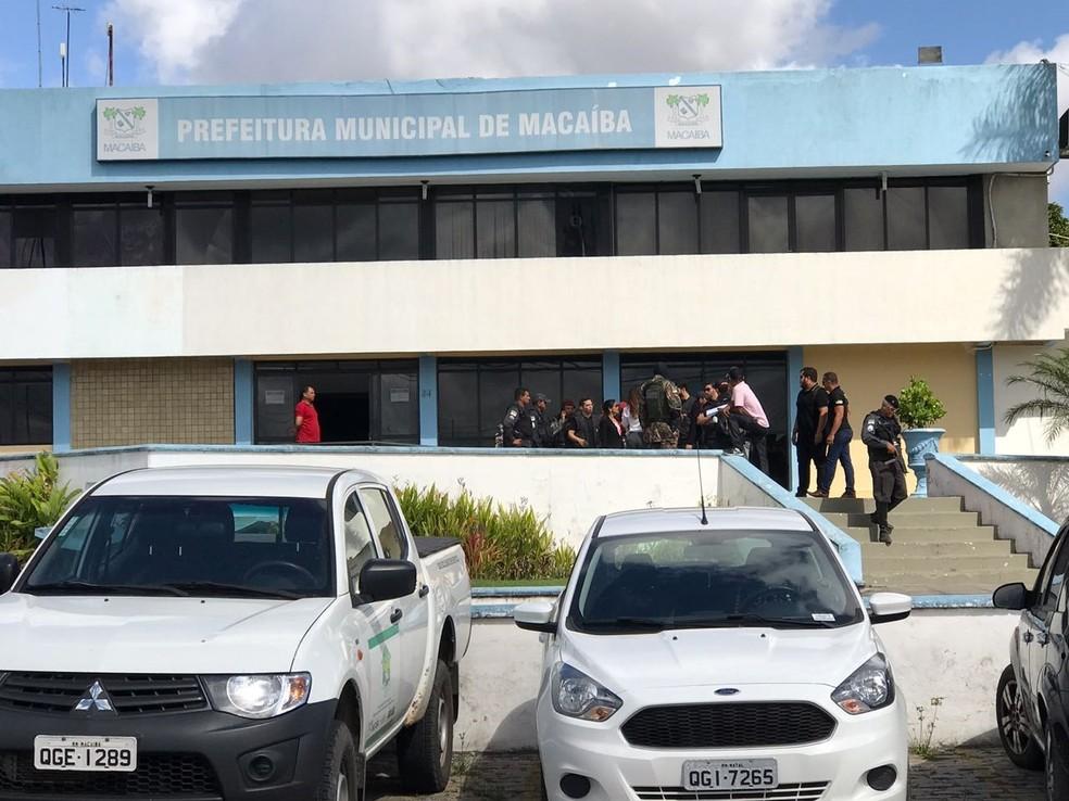A PM cumpriu mandados de busca e apreensão na Prefeitura de Macaíba nesta quarta-feira (1º) (Foto: Kléber Teixeira/Inter TV Cabugi)