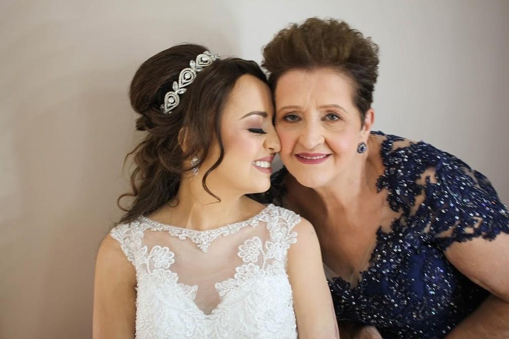 Adarlele de Lara ao lado da mãe, Lúcia de Andrade — Foto: Arquivo pessoal