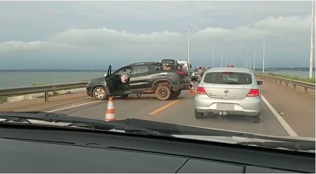 Batida entre dois carros deixa trânsito lento na ponte sobre o lago de Palmas