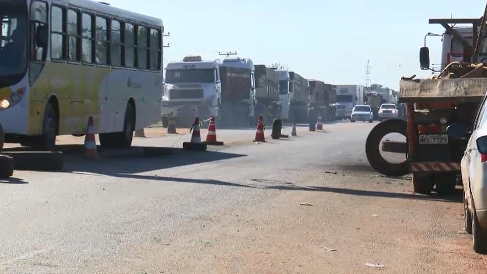 Paralisação dos caminhoneiros acontece desde quarta-feira (23) em três pontos de rodovias do Acre (Foto: Reprodução/Rede Amazônica Acre)