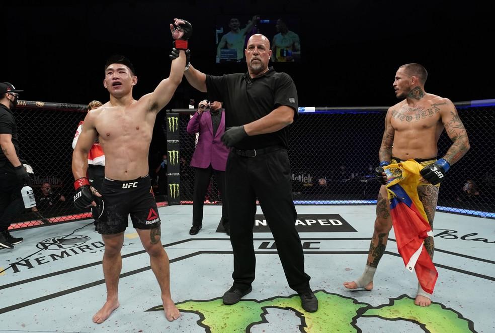 Marlon Vera protesta contra a vitória de Song Yadong no UFC: Overeem x Harris — Foto: Getty Images