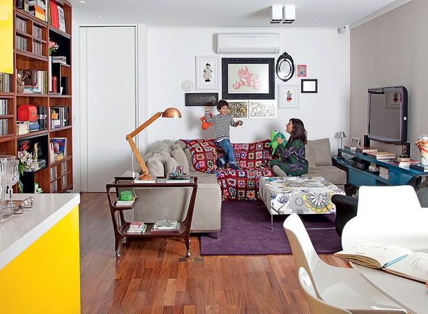 Na sala de estar, o carrinho, comprado em um antiquário, faz papel de mesa lateral e acomoda livros e luminária de mesa. Projeto da arquiteta Claudia Pecego (Foto: Fran Parente)