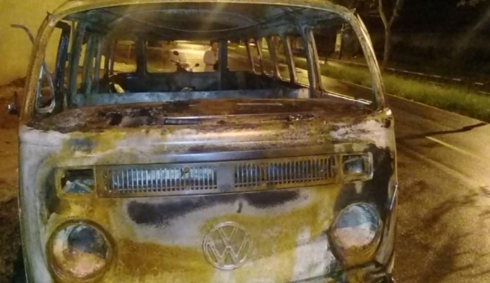 Perua de família de cadeirantes de Araras pegou fogo — Foto: Reprodução/EPTV