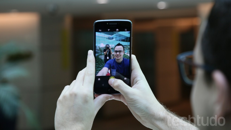 Moto E4 Plus pode capturar selfies de 5 MP com flash LED frontal (Foto: Carolina Ochsendorf/TechTudo)