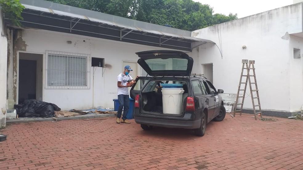 Funcionários da Prefeitura fazem limpeza de policlínica que foi vandalizada em Campos, no RJ — Foto: Alice Sousa/Inter TV RJ