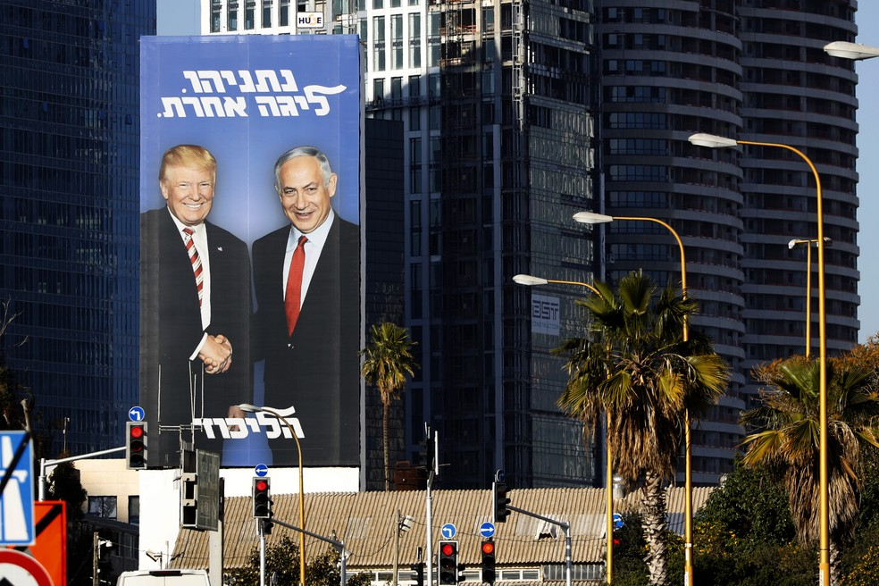 Campanha de Netanyahu usa fotos com Trump espalhadas por Tel Aviv, em Israel — Foto: Jack Guez/AFP