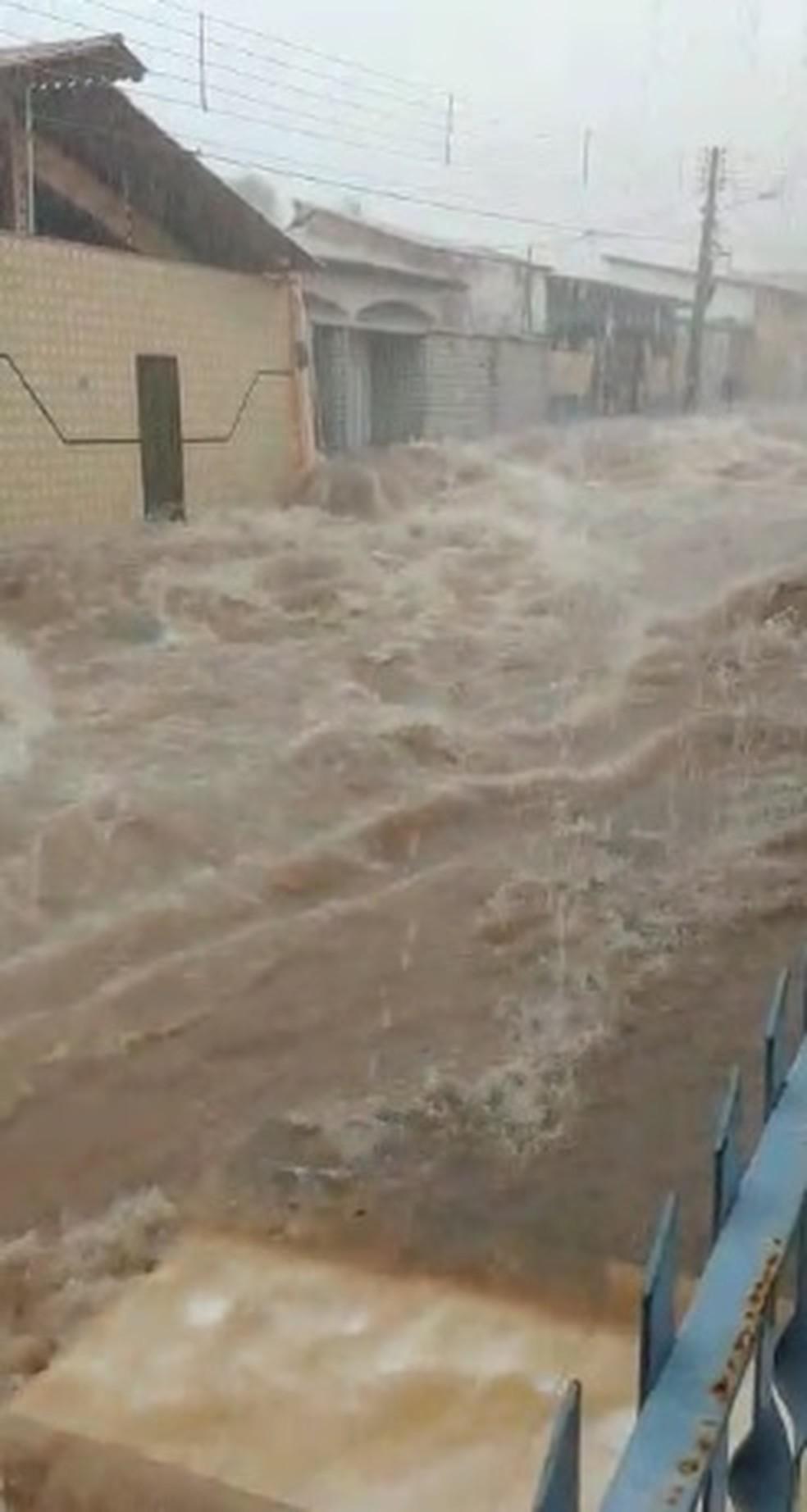 Chuva formou correnteza em ruas do Maiobão, em Paço do Lumiar — Foto: Divulgação