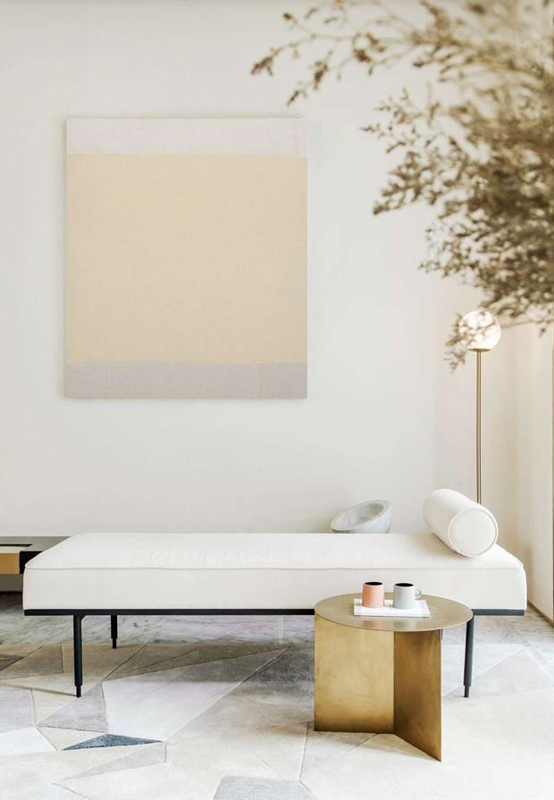 Décor do dia: sala minimalista com daybed branca (Foto: Reprodução)