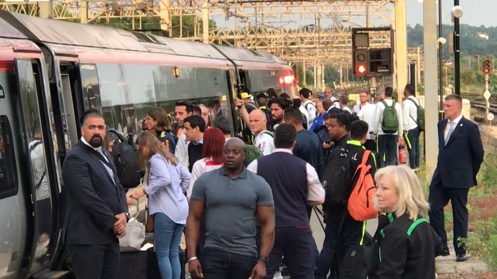 Seguranças observam o embarque da Seleção em Londres (Foto: Alexandre Lozetti)
