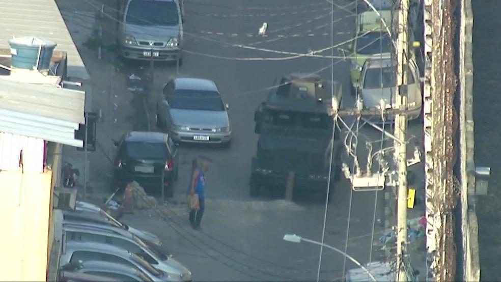 Veículo blindado encontra barricada em rua do Jacarezinho, no Rio — Foto: Reprodução/ TV Globo