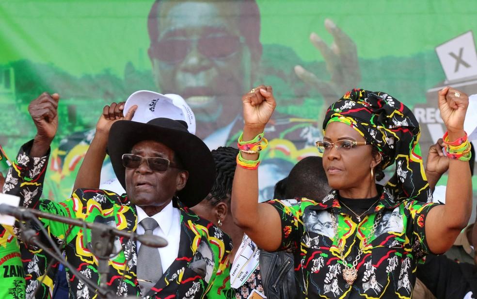 O presidente do Zimbábue, Robert Mugabe, participa de comício ao lado de sua mulher, Grace, em Chinhoyi, no sábado (29) (Foto: Reuters/Philimon Bulawayo)