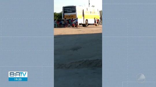 VÍDEO: Crianças empurram ônibus escolar quebrado na zona rural de Itiúba, norte da Bahia