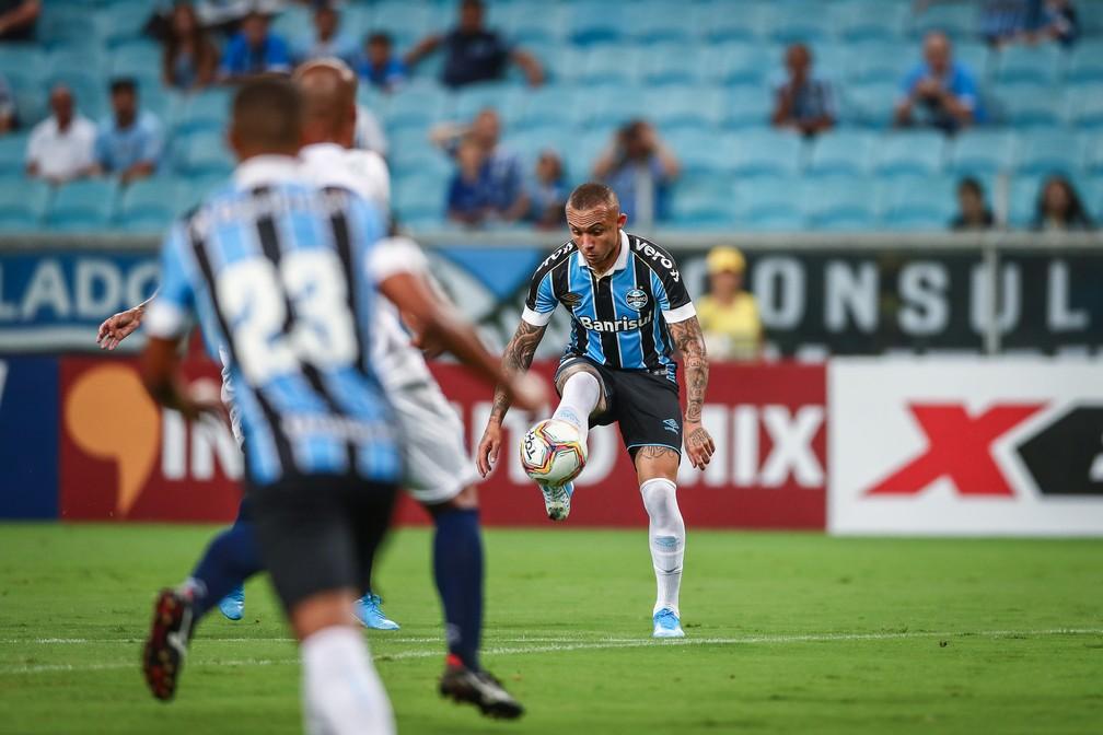 Everton é testado em nova posição no Grêmio — Foto: Lucas Uebel/Grêmio