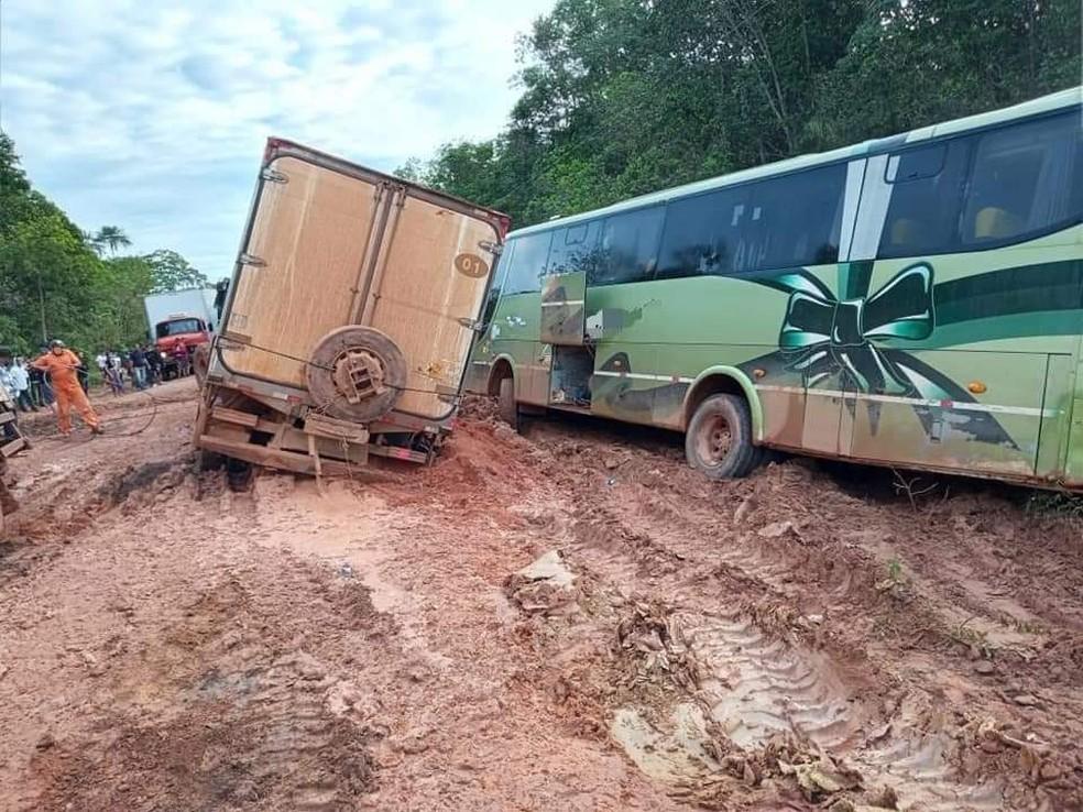 Caminhão e ônibus atolados na BR-319. — Foto: Sebastião Miotto/Arquivo Pessoal