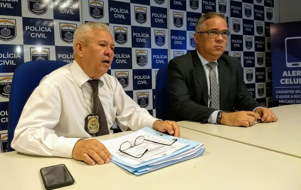 Delegados Gilmar Rodrigues e Sérgio Ricardo participaram de entrevista coletiva sobre a prisão da quadrilha em Olinda (Foto: Polícia Civil/ Divulgação)