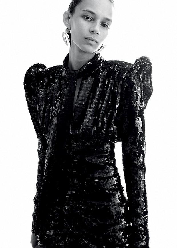 Moda YSL - Binx Walton usa vestido de paetês e brincos de metal (Foto: Divulgação da Saint Laurent)