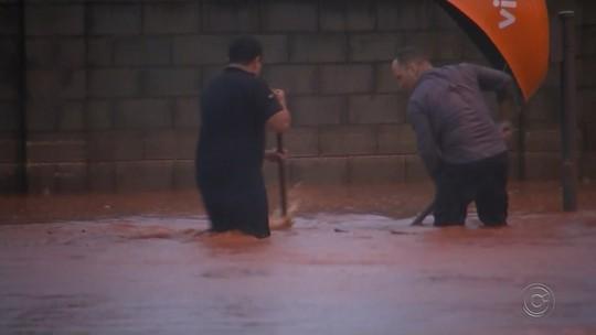 Água invade UBS durante temporal e atendimento é interrompido em Pereira Barreto
