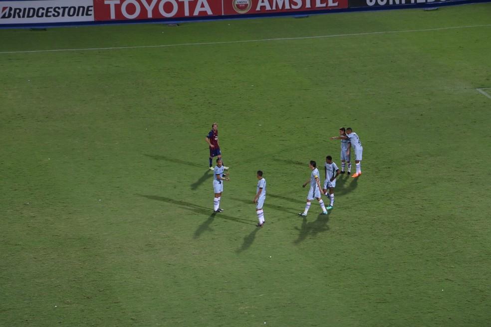 Após jogada de perigo do Cerro, jogadores do Grêmio conversaram bastante (Foto: Beto Azambuja)