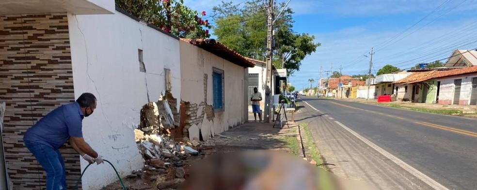 Mariano morreu esmagado entre o carro e o muro de residência em Altos, Norte do Piauí — Foto: Anielle Brandão/TV Clube